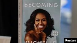 """La autobiografía de Michelle Obama, """"Becoming"""", alcanzó los dos millones de copias vendidas, a un ritmo que es poco común en una autobiografía política."""