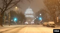 Jalanan di dekat gedung Capitol di Washington DC diselimuti salju hari Jumat malam (22/1) dan diperkirakan lapisan salju bisa setebal 71 sentimeter akhir pekan ini (foto: dok).