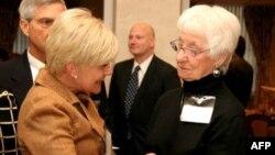 Năm nay đã 89 tuổi, nhưng bà Rae Cheney (phải) vẫn rất tích cực tham gia các hoạt động của PeaceTrees.