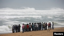 11일 인도 동부 해안으로 사이클론이 접근하면서 피해가 우려되는 가운데, 주민들이 파도를 바라보고 있다.
