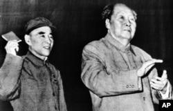 1969年10月,毛泽东和林彪在北京人民大会堂。林彪挥舞着毛主席语录