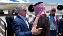 미국의 척 헤이글 국방장관(왼쪽)이 13일 제다 국제공항에 도착한 후 살만 빈 술탄 사우디 국방차관(왼쪽)의 환영을 받고 있다.