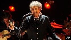 Penyanyi AS, Bob Dylan saat tampil di Los Angeles, California pada Januari 2012 (foto: dok).