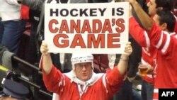 加拿大冰球迷手举标牌:冰球是加拿大的体育项目