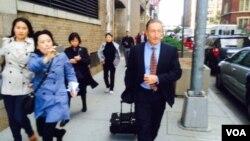 杨秀珠律师走出法院被记者追问案情 (美国之音方冰拍摄)