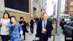杨秀珠律师柯自明走出法院被记者追问案情 (美国之音方冰拍摄)