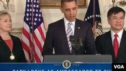 Presiden Obama saat mengumumkan pencalonan Gary Locke (kanan) sebagai Dubes AS untuk Tiongkok.