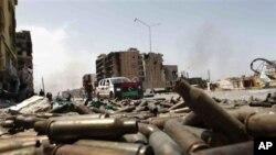 利比亚城市的大街上布满了子弹壳