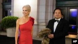 La conseillère du président Donald Trump, Kellyanne Conway, accompagnée de son mari, George, le 19 janvier 2017. (AP Photo/Matt Rourke)
