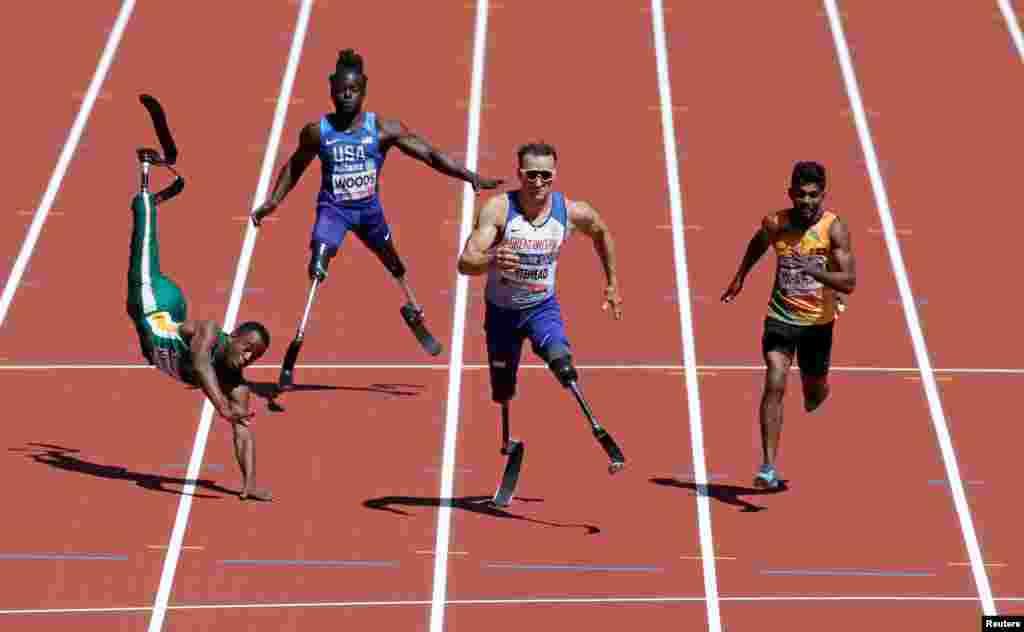 Ntando Mahlangu dari Afrika Selatan terjatuh pada lomba lari nomor 100 meter putra pada kejuaraan dunia Atletik penyandang difabel di London, Inggris.