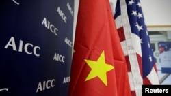北京举行的2020中国国际服务贸易交易会上美国商会展位上的美中国旗 。(2019年5月28日)