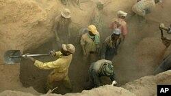 Para penambang emas di Marange, Zimbabwe. (Foto: dok). Sedikitnya 20 penambang terperangkap di bawah tanah setelah sebuah tambang runtuh di Zimbabwe, Kamis (6/2).