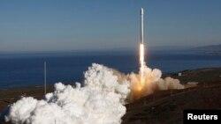 El cohete Falcon 9 iba a partir desde Cabo Cañaveral, Florida, pero cuando la cuenta regresiva estaba en su tramo final, se decidió suspender el despegue.