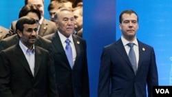 Presiden Iran Mahmud Ahmadinejad, Presiden Kazakhstan Nazarbayev dan Presiden Rusia Medvedev pada acara KTT regional di ibukota Kazakhstan, Astana (15/6).
