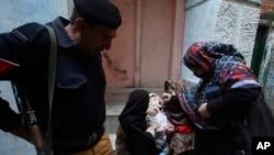 ماهرین وايي په پاکستان کې ډ ځینو سخت دریځه مذهبي ډلو د مخالفت او د پولیو ضد څاڅکو په اړه بې بنیاده خبرې د پولیو د ختمولو په لاره کې لوی خنډان دي