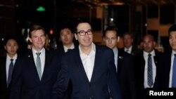 即将参加美中高级别贸易谈判的美国财政部长姆努钦抵达北京的一家酒店。(2019年2月12日)