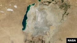 En la imagen, lo que le queda de agua hoy al mar de Aral, en Asia Central.