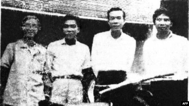 Từ trái sang: Bùi Giáng, Thanh TâmTuyền, Mai Thảo, Nguyễn Xuân Hoàng trước toà soạn báo Văn, 38 Phạm Ngũ lão, Sài Gòn năm 1973, trước khi làm Giai Phẩm Văn đặc biệt Thanh Tâm Tuyền [cùng năm]