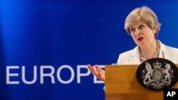 PM Inggris, Theresa May, berbicara pada konferensi pers di pertemuan puncak Uni Eropa di Brussels, Jum'at, 23 Juni 2017 (foto: AP Photo/Geert Vanden Wijngaert)