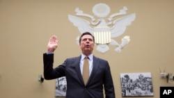 Direktur FBI James Comey bersumpah sebelum bersaksi di Capitol Hill, Washington, Juli 2016.