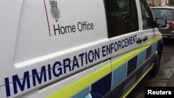 Một chiếc xe van của Bộ Nội vụ Anh.
