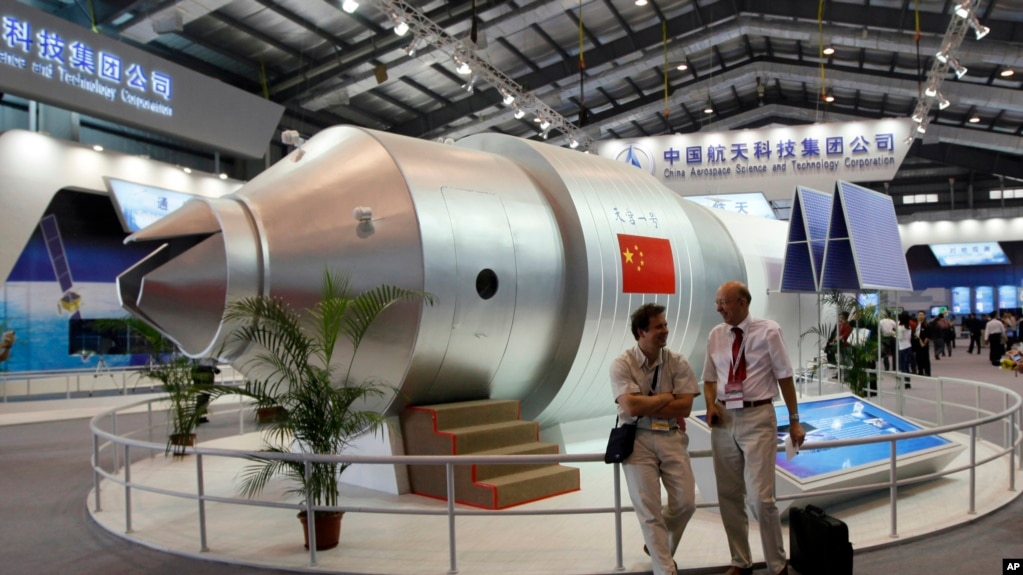 """中國珠海第八屆國際航空航天博覽會上展出""""天宮一號""""飛行器模型(2010年11月16日)"""