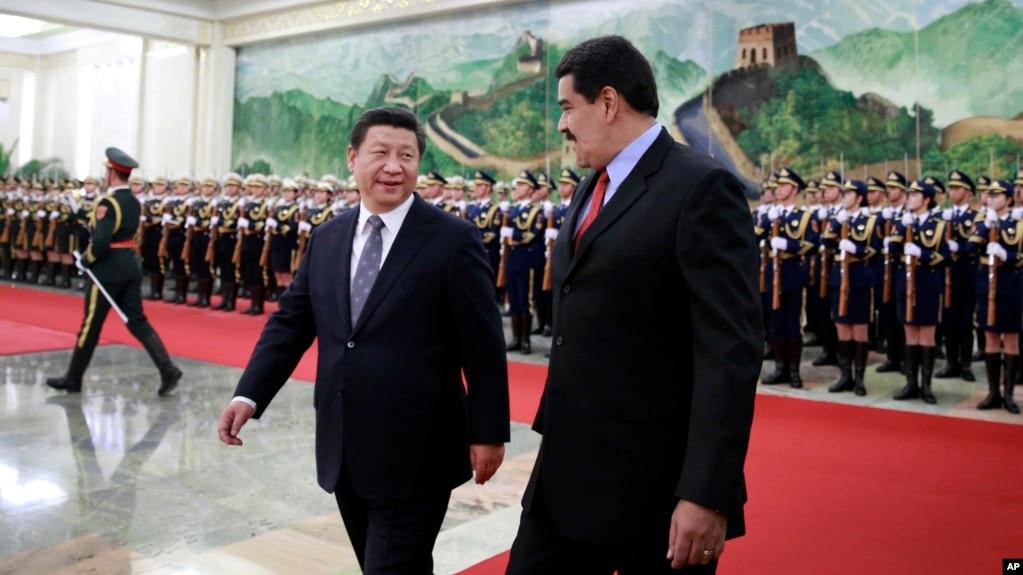 中国国家主席习近平和委内瑞拉总统马杜罗在北京人民大会堂检阅仪仗队(2015年1月7日)