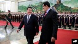 El presidente de Venezuela, Nicolás Maduro (izquierda), busca ayuda económica en el gobierno de Xi Jinping, para enfrentar la crisis que vive su país ante la caída de los precios del petróleo.