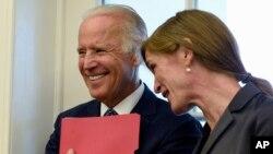 El vicepresidente Joe Biden, aquí junto a la embajadora Samantha Power, podría decidir entrar a la contienda presidencial a fines del verano.