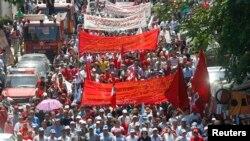 Nan Liban, militan ap flote drapo nan yon manifestasyon ki make Jounen Entènasyonal Travay la nan lari vil Bewout -Foto premye me 2013.