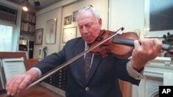 지난 1997년 아이작 스턴이 뉴욕의 자택에서 바이올린을 연주하고 있다.