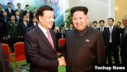 Лідер Північної Кореї Кім Чен Ин та голова політбюро Комуністичної партії Китаю Лю Юньшань, 10 жовтня 2015 року.