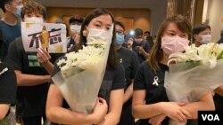 大批參與悼念梁凌杰逝世一周年的市民身穿黑衣,繫上白絲帶,獻上白色的鮮花。(美國之音湯惠芸)