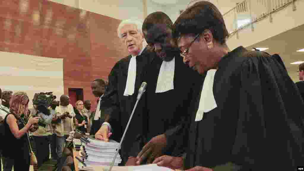 Les avocats des victimes assistent au procès de l'ancien président tchadien Hissène Habré au Palais de Justice à Dakar, le 20 juillet 2015.