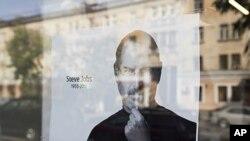 乔布斯的画像悬挂在一苹果店内,纪念这位美国当代最伟大的CEO