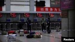 Polisi berjaga-jaga dekat loket menyusul serangan dari kelompok bersenjata di stasiun kereta api Kunming, provinsi Yunnan (2/3).