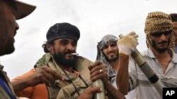 Combattants révolutionnaires préparant des missiles pour une attaque à Syrte, le 3 octobre 2011