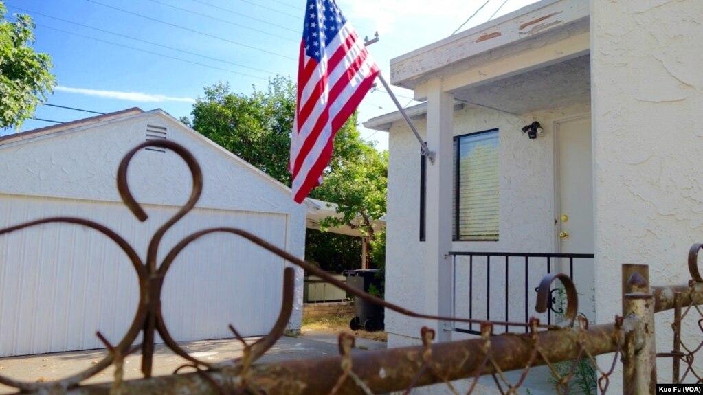 洛杉矶县华人聚居的圣盖博市,在洛杉矶中国总领馆外开枪后自杀的张新生前租住的房屋,星条旗为其所悬挂(美国之音国符拍摄)。62岁的张新是中国黑龙江人,曾任中国法官,20年前移民美国,已取得公民身份。8月1日,张新开车到中国总领馆外,向建筑发射多发子弹,警方赶到,发现张新已举枪自戕。并无他人伤亡。美国的侨报援引不愿具名人士的说法,称张新当年来美探视妻子,后来两人离异。张新因经济担保问题,身份转黑,后来申请政治庇护得以居留。张新曾多次申请回国探视父母,均遭拒绝,他曾以匿名信威胁领馆人员。