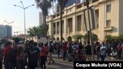 Pessoas à espera do julgamento de activistas em Luanda, 26 outubro 2020