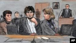 Bức phác họa phiên tòa xử Dzhokhar Tsarnaev (giữa), 2 luật sư biện hộ Miream Conrad (trái) và Judy Clarke