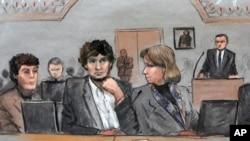 在这张2015年3月5日的法庭素描中,波士顿马拉松爆炸案凶手之一萨纳耶夫在联邦死刑审判法庭上坐在他的辩护律师康拉德(左)和克拉克(右)之间。