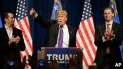 Ứng cử viên tổng thống của đảng Cộng hòa Donald Trump ăn mừng chiến thắng cùng hai con trai của ông, Donald Trump Jr., trái, và Eric tại Las Vegas đêm thứ Ba 23 tháng 2, 2016.