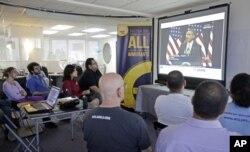 非法移民和移民政策活動人士1月29日在邁亞密觀看美國總統奧巴馬在一間中學就移民改革法案的電視直播。
