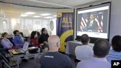 Sejumlah imigran ilegal dan aktivis imigrasi di Miami menonton pidato Presiden Barack Obama mengenai reformasi imigrasi (29/1). (AP/Alan Diaz)