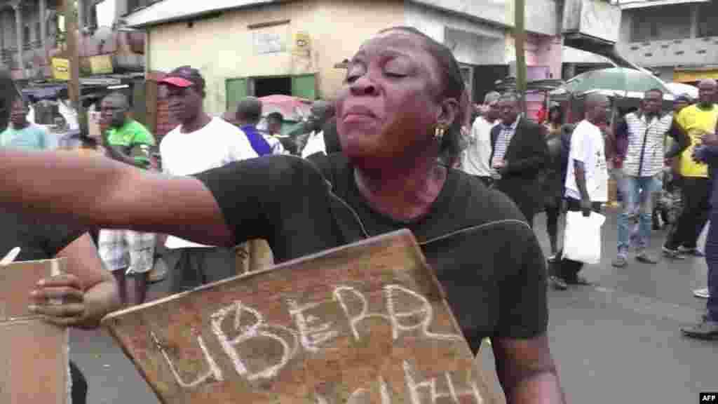 Mmoja ya waandamanaji akilalamika walipozuiliwa na polisi wa Douala le 21 octobre 2017.