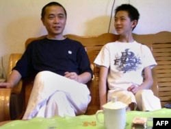 资料照:中国维权网站六四天网创办人黄琦在四川成都家中与儿子的合影。