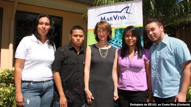 La embajadora de Estados Unidos en Costa Rica, Anne S. Andrew, y miembros de organizaciones que recibieron fondos del gobierno estadounidense.