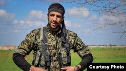 Amerikalik ko'ngilli Uilyam Savij Suriyada kurd askarlari bilan mashqlar paytida