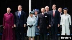 ဘုန္းေတာ္ႀကီး Canterbury Justin Welby ၊ ၀န္ႀကီးခ်ဳပ္ David Cameron ၊ ဘုရင္မႀကီး Elizabeth ၊ မင္းသားႀကီး Philip ၊ မင္းသား William နဲ႔ မင္းသမီး Anne တို႔မက္နာကာတာ ေခၚ ဘုုရင့္အာဏာကုုိထိန္းခ်ဳပ္ေပးခဲ့တဲ့ စာခ်ဳပ္ ႏွစ္ ၈၀၀ ျပည့္ အခမ္းအနားတက္ေရာက္စဥ္။ (ဇြန္ ၁၅၊ ၂၀၁၅)