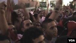 Warga Libya di Martyr Square, Tripoli menyaksikan Tim Sepakbola Nasional mereka bertanding di bawah bendera baru mereka (3/9).